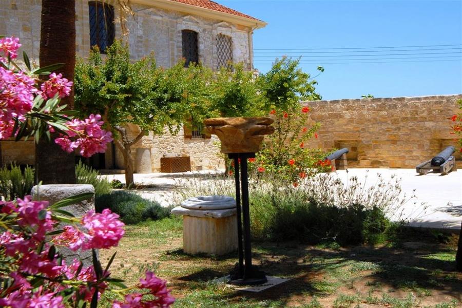 Lâu đài Larnaka Kalesi đảo Síp